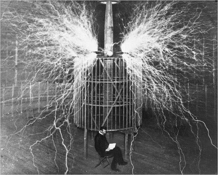 นิโคลา เทสลาภายในห้องทดลองของเขาถ่ายในปี ค.ศ. 1899