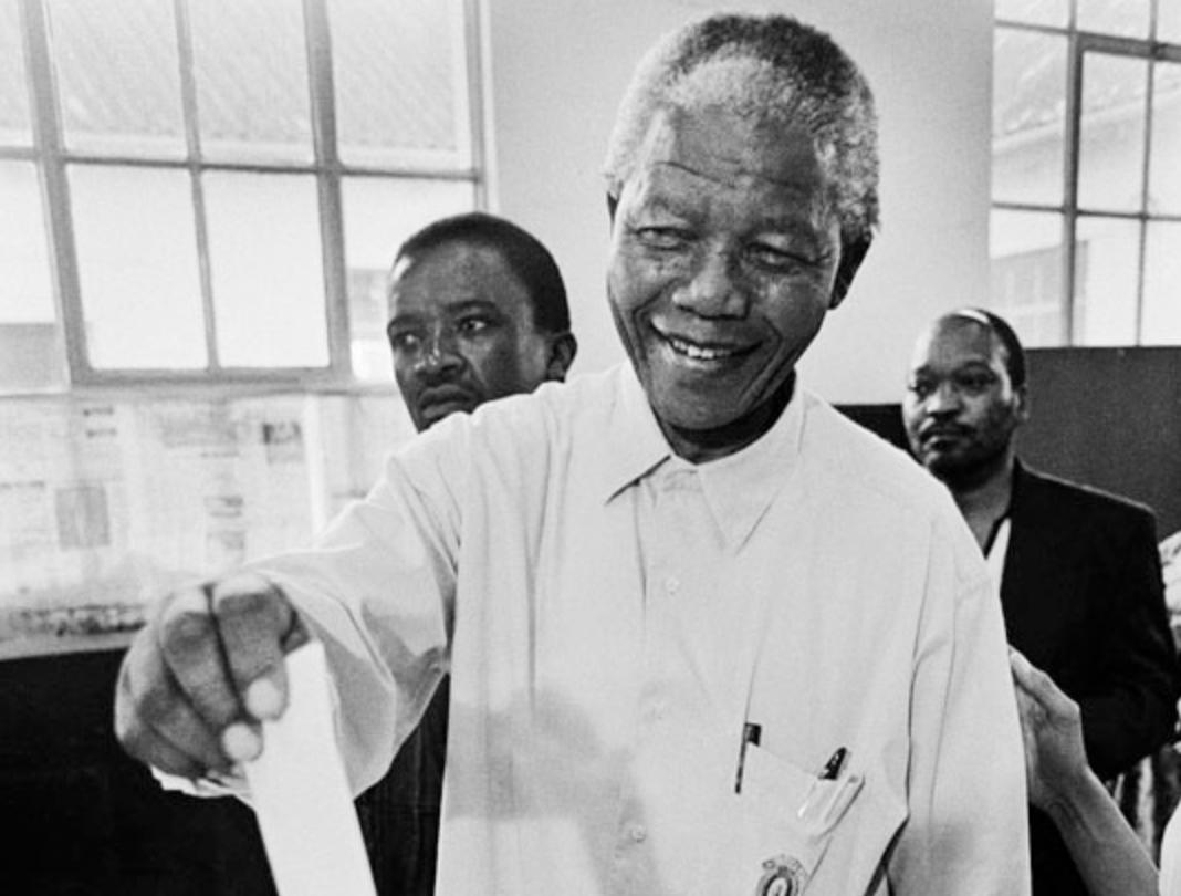 11 กุมภาพันธ์ ค.ศ. 1990  อดีตประธานาธิบดี เนลสัน แมนเดลา ได้รับการปล่อยตัวออกจากคุก