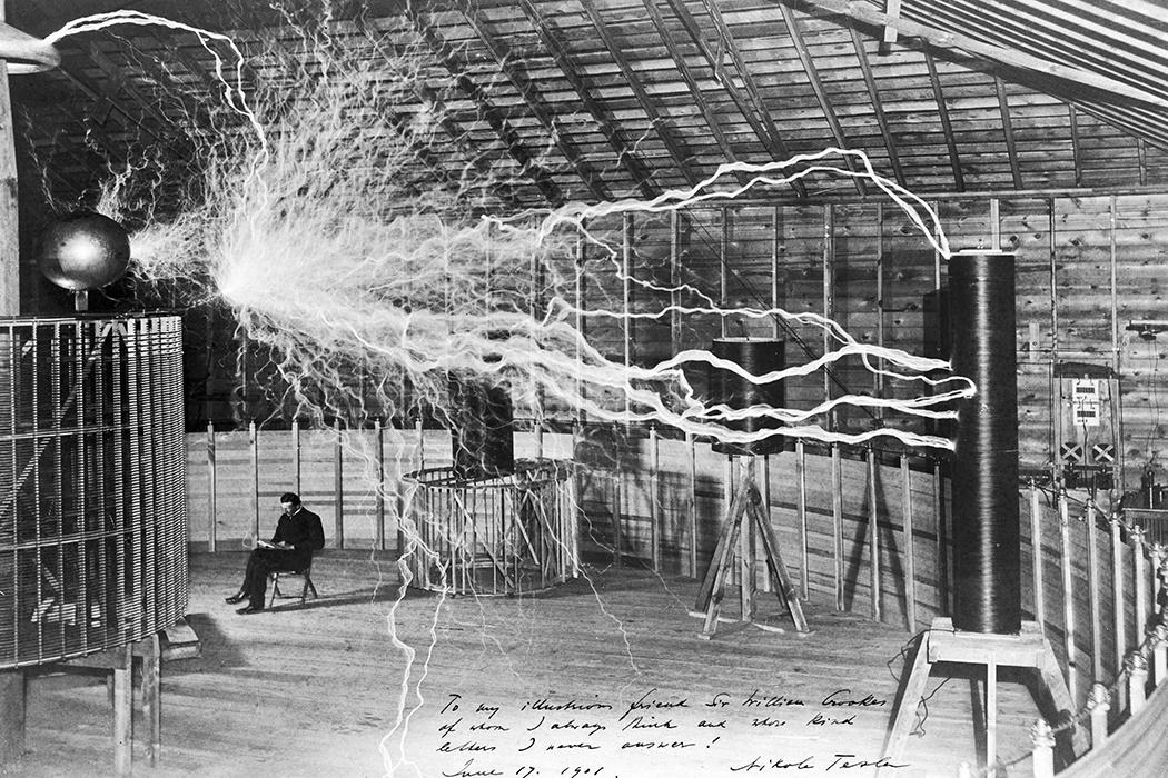 นิโคลา เทสลา (Nikola Tesla) คิดค้นวิธีการส่งไฟฟ้ากระแสสลับ หรือ AC