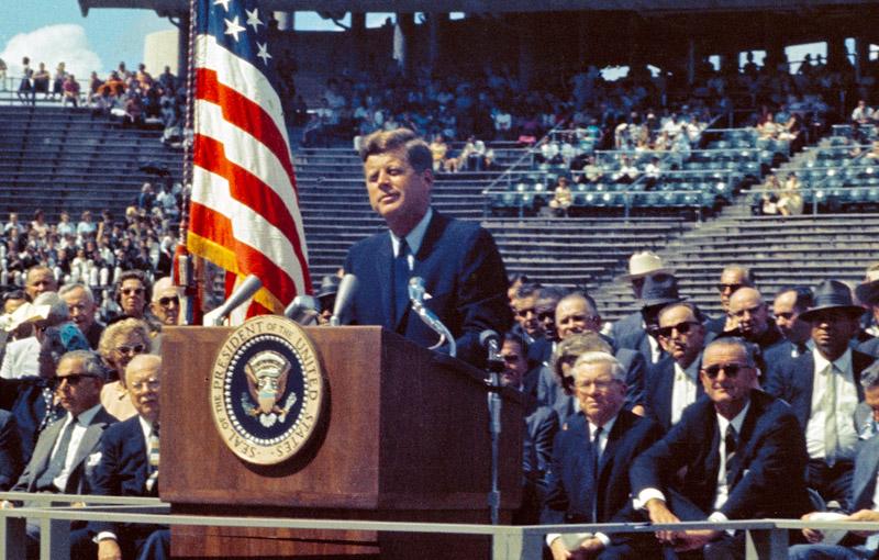 ประธานาธิบดีจอห์น เอฟ. เคนเนดีประกาศส่งมนุษย์ไปดวงจันทร์