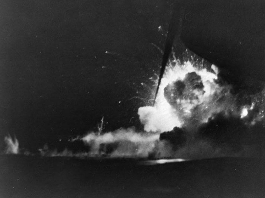 ฝูงบินคามิกาเซะจมเรือบรรทุกเครื่องบินคุ้มกัน USS Bismarck Sea