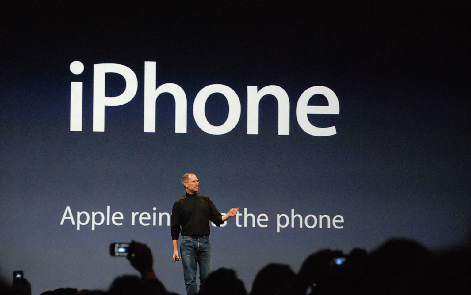 steve-jobs-presents-iphone
