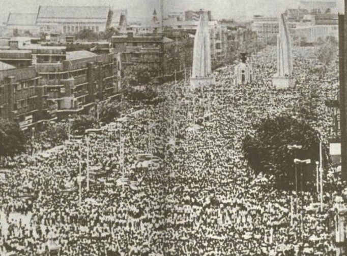 14 ตุลาคม 2516 จอมพลถนอมปราบปรามนักศึกษาที่ชุมนุมเรียกร้องประชาธิปไตยจนมีผู้เสียชีวิตจำนวนมาก